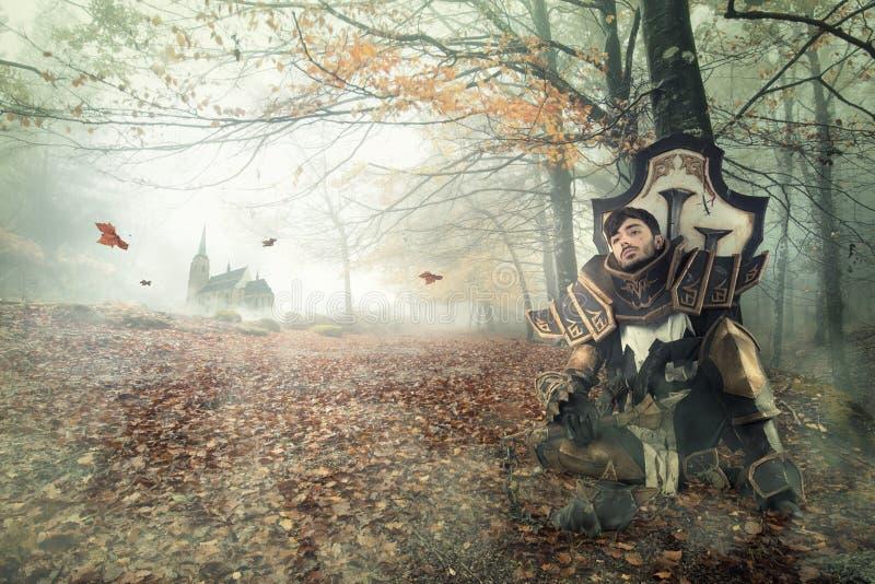 Fantasiriddare som vilar i en mörk skog royaltyfri fotografi