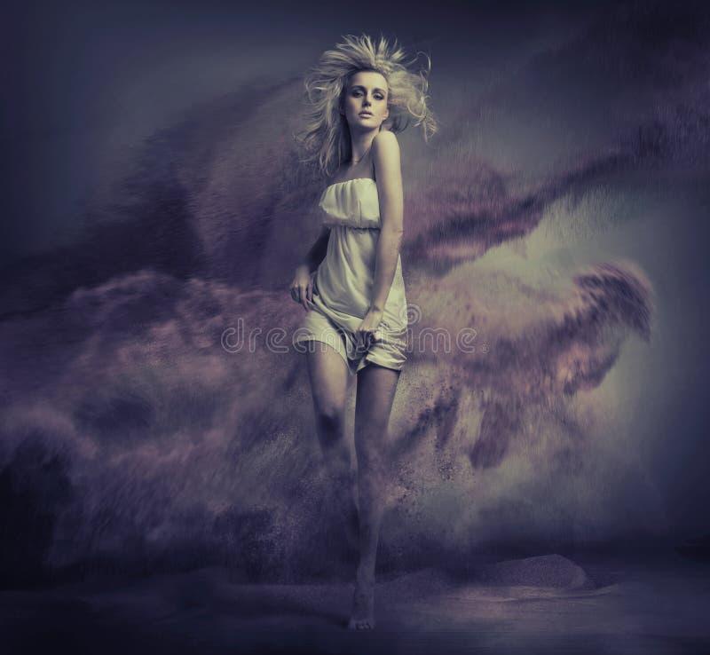 Fantasitypbild av gullig ung skönhet arkivfoton