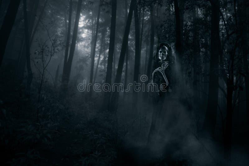Fantasma assustador nas madeiras fotos de stock