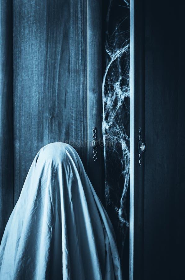 Fantasma cerca del guardarropa espeluznante con el spiderweb dentro imagen de archivo libre de regalías