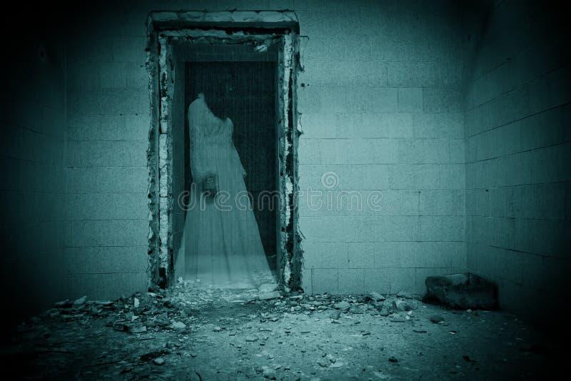 Fantasma de la novia en un cuarto oscuro foto de archivo libre de regalías