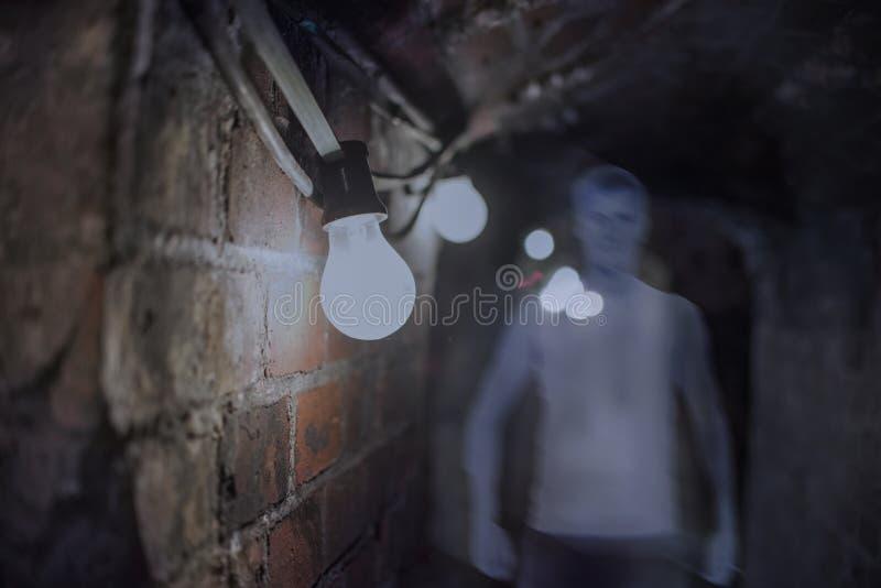 Fantasma en la casa encantada, hombre misterioso, cierre para arriba en bulbo fotografía de archivo libre de regalías