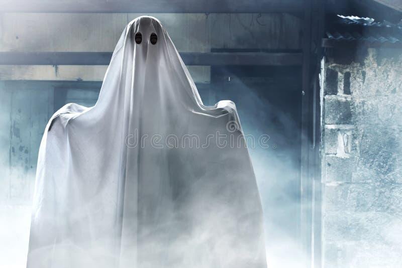 Fantasma misterioso en casa encantada imagenes de archivo