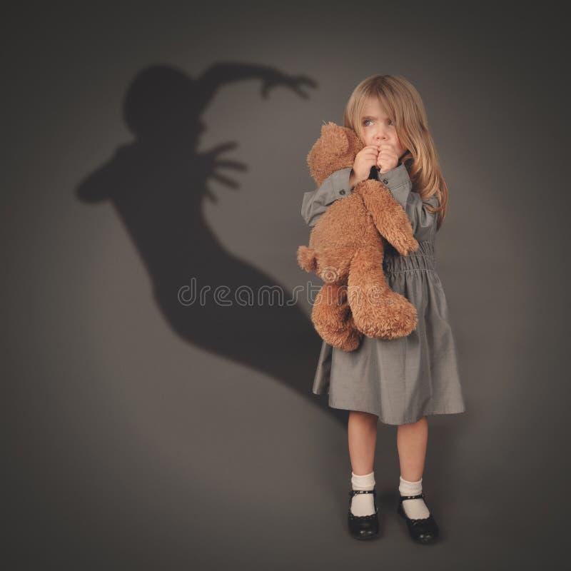 Fantasma scuro spaventoso della siluetta dietro il piccolo bambino fotografia stock libera da diritti