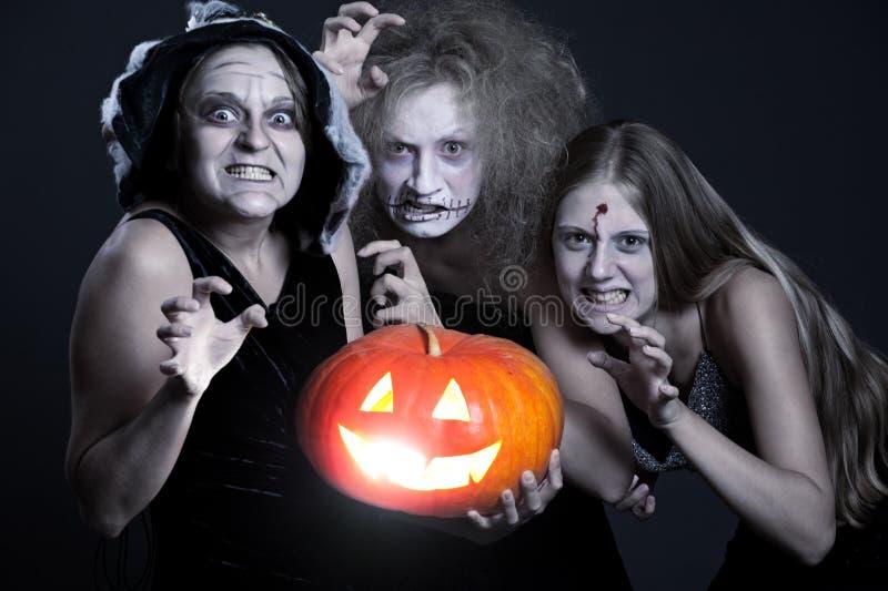 Fantasma três irritado com abóbora alaranjada foto de stock