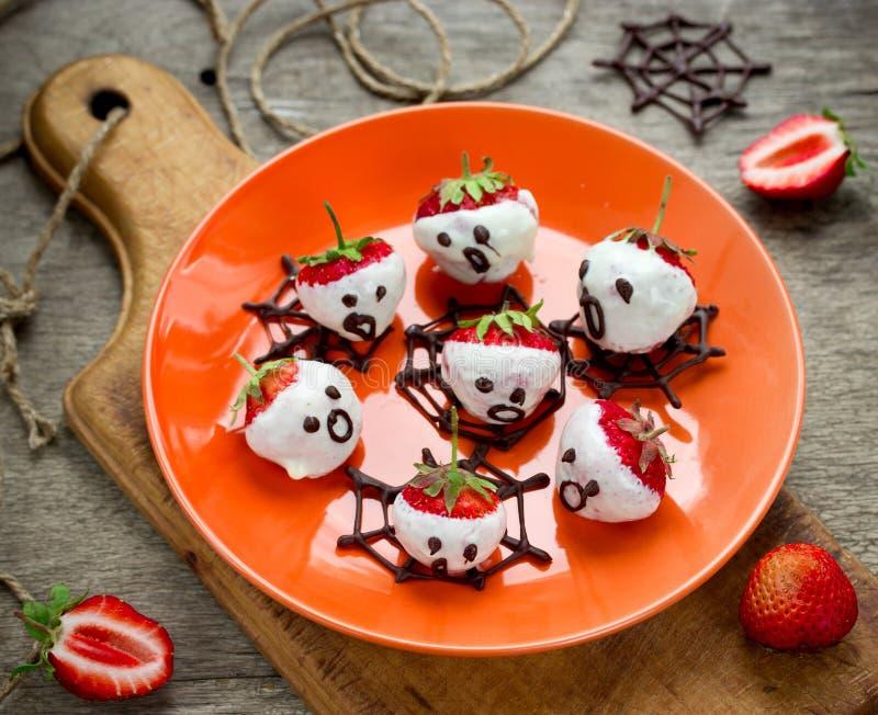 Fantasmas da morango do chocolate - doces e petisco saudável do Dia das Bruxas imagens de stock