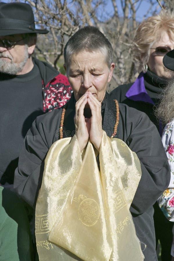 Fantasten står i prayerful meditation på buddistisk ceremoni för Amitabha bemyndigande, meditationmontering i Ojai, CA arkivfoton