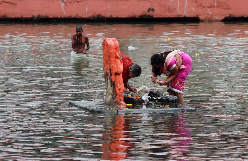 Fantaster gör ritualer i floden på Kumbha Mela royaltyfri fotografi