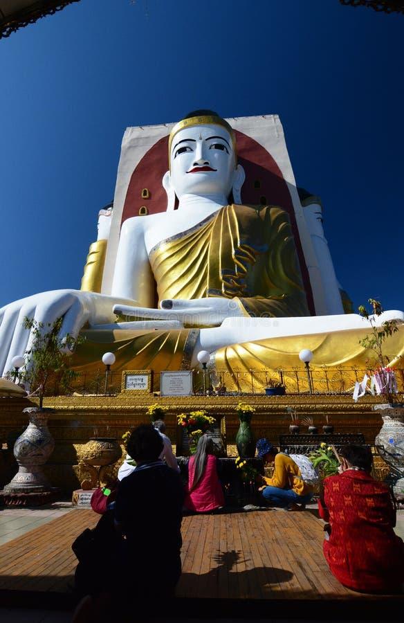 Fantaster som ber på den Kyaikpun pagoden Bago myanmar arkivfoto