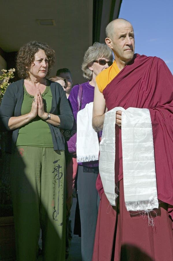 Fantaster står med den buddistiska munken på buddistisk ceremoni för Amitabha bemyndigande, meditationmontering i Ojai, CA arkivfoto