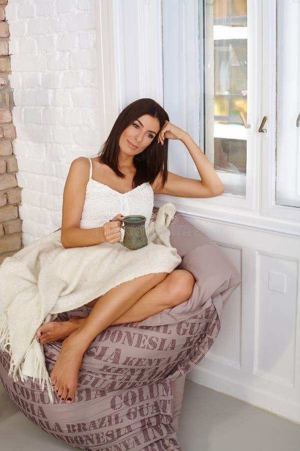 Fantasticare donna sulla sedia della borsa di fagiolo fotografie stock