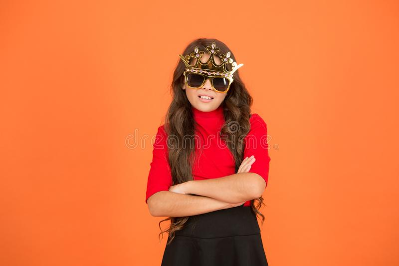 Fantastico Chic Molto bella ragazza Piccolo bambino con un aspetto fresco Bambino fresco indossa la corona e gli occhiali Grande  immagini stock