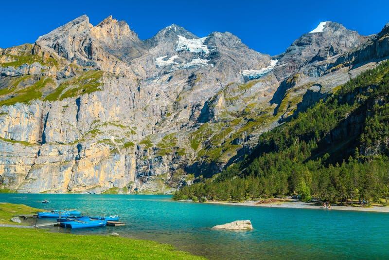 Fantastisch alpien meer met hooggebergte en gletsjers, Oeschinensee, Zwitserland royalty-vrije stock afbeeldingen