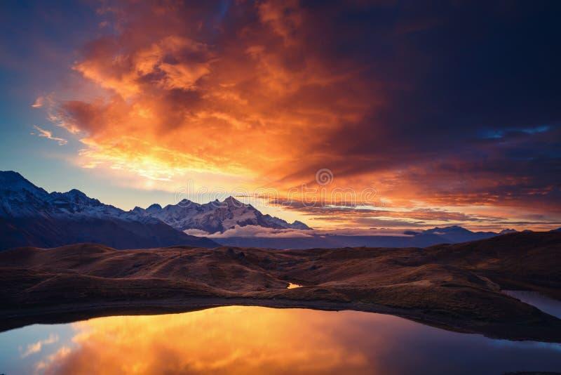 Fantastisch berglandschap stock afbeeldingen