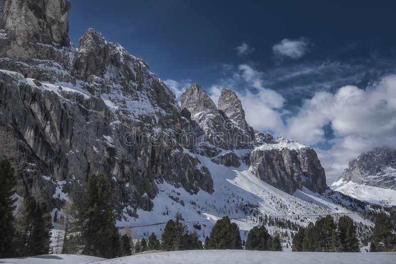 Fantastisch de winterlandschap Dramatische donkere hemel over Alpen stock fotografie