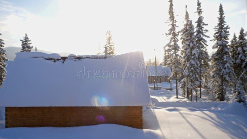 Fantastisch de winterlandschap met blokhuis in sneeuwbergen Het concept van de Kerstmisvakantie Sheregesh Langzame Motie royalty-vrije stock foto's