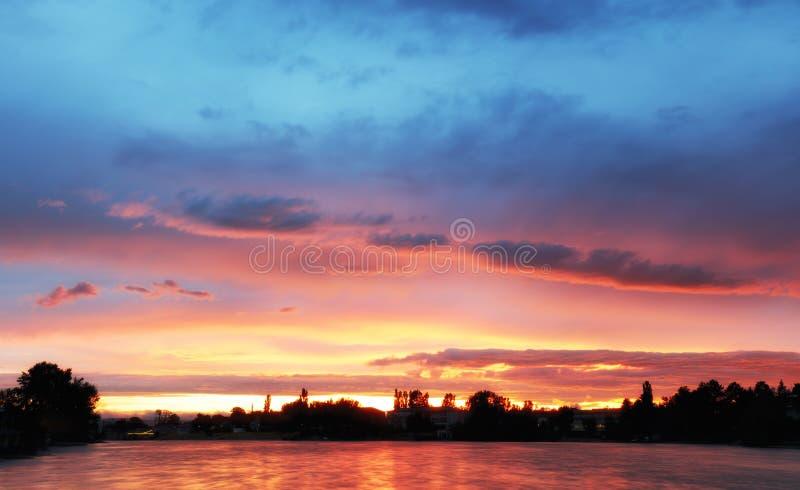 Fantastisch landschap De dramatische scènezonsondergang over een meer, stralen royalty-vrije stock fotografie