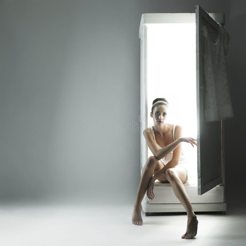 Fantastisch meisje en haar garderobe stock fotografie