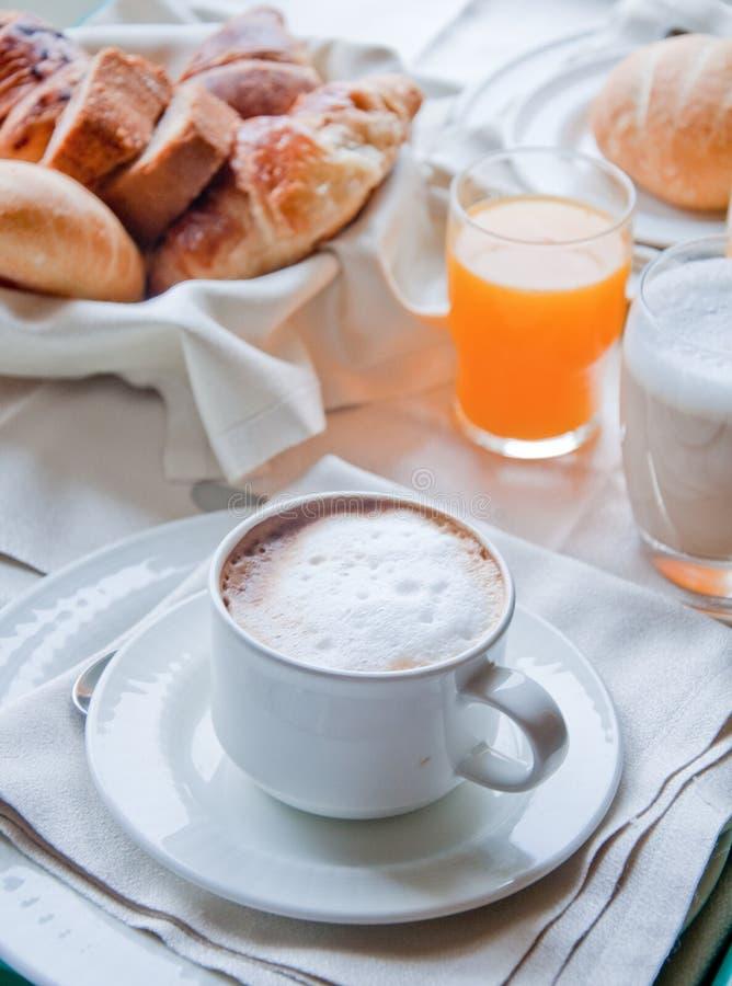Fantastisch ontbijt van cappuccino, croissants, jus d'orange stock fotografie