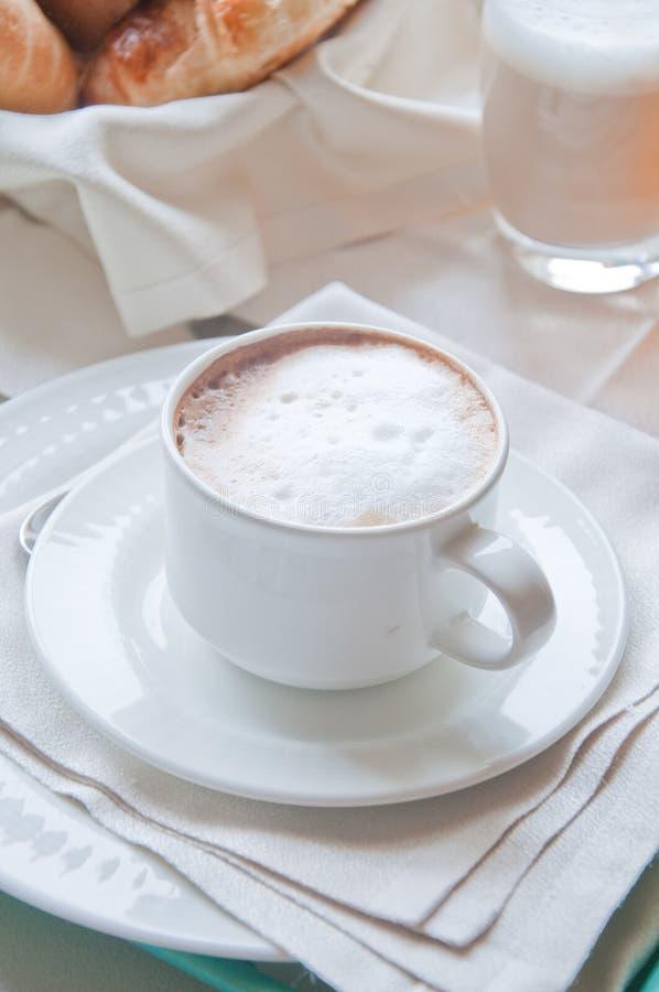 Fantastisch ontbijt van cappuccino, croissants, jus d'orange stock foto's