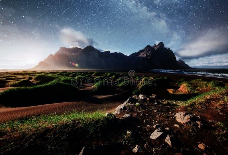 Fantastisch ten westen van de bergen en de vulkanische duinen van het lavazand op het strand Stokksness, IJsland  royalty-vrije stock fotografie