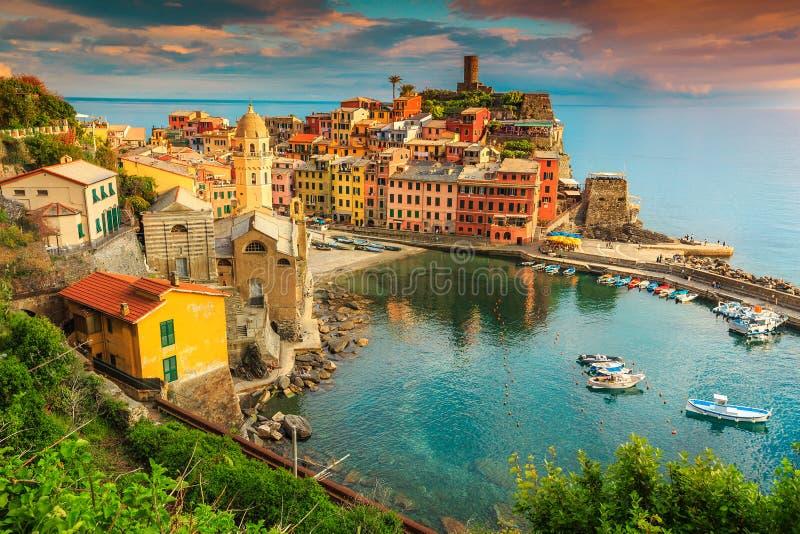 Fantastisch Vernazza-dorp met kleurrijke zonsondergang, Cinque Terre, Italië, Europa stock afbeelding