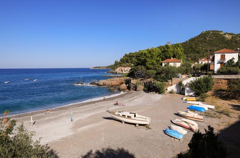 Fantastisch zeegezicht mooi strand van het Griekse dorp Kiparissi Lakonia, de Peloponnesus tijdens de zomervakantie royalty-vrije stock afbeelding