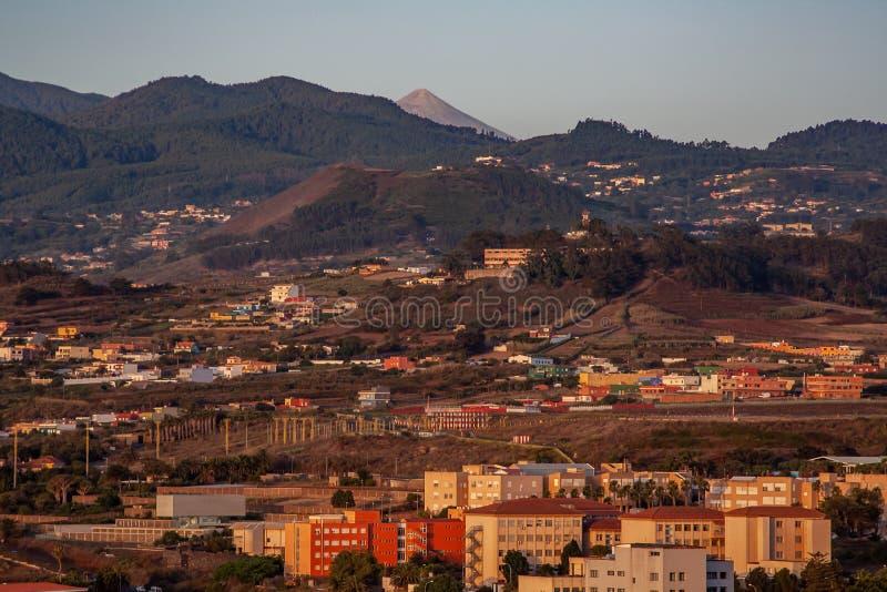 Fantastische Ansicht über La Laguna mit Berg stockfotos