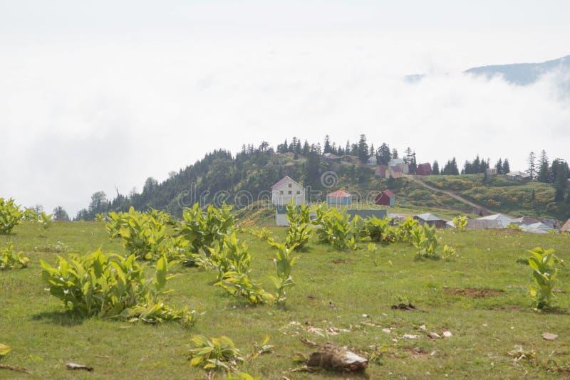 Fantastische Aussicht auf das Bergdorf Gomis Mta malerisch lizenzfreie stockfotografie