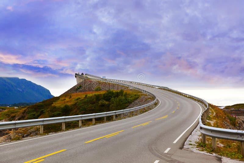 Fantastische brug op de Atlantische weg in Noorwegen stock foto's