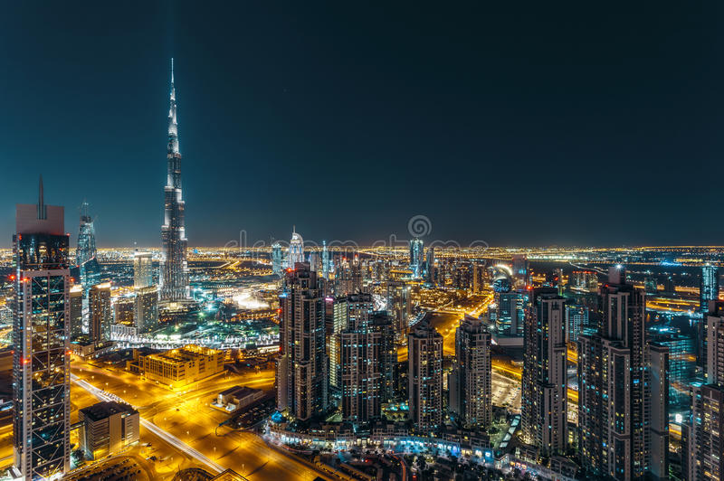 Fantastische Dachspitzenansicht von Dubais moderner Architektur bis zum Nacht stockbild