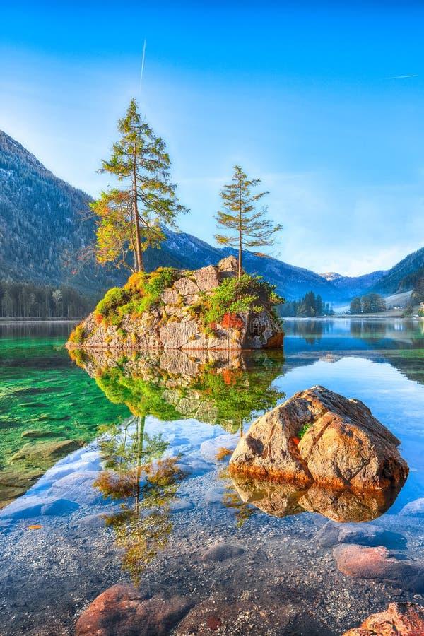Fantastische de herfstzonsopgang van Hintersee-meer De klassieke prentbriefkaar wedijvert stock foto