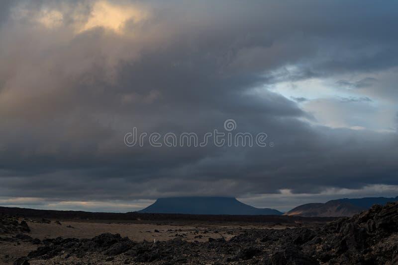 Fantastische die boom - vulkaan met een reusachtige wolk wordt behandeld stock afbeeldingen