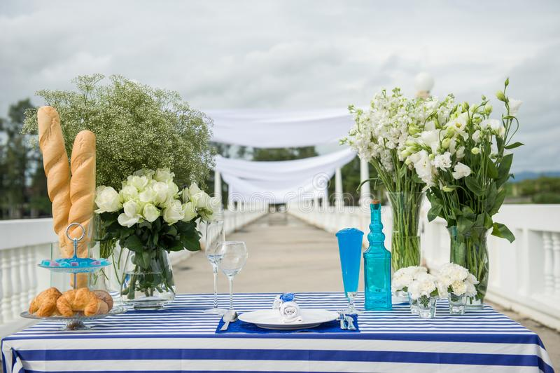 Fantastische dinersnoepjes dichtbij het overzees op huwelijksdag Decoratie van lijst stock foto