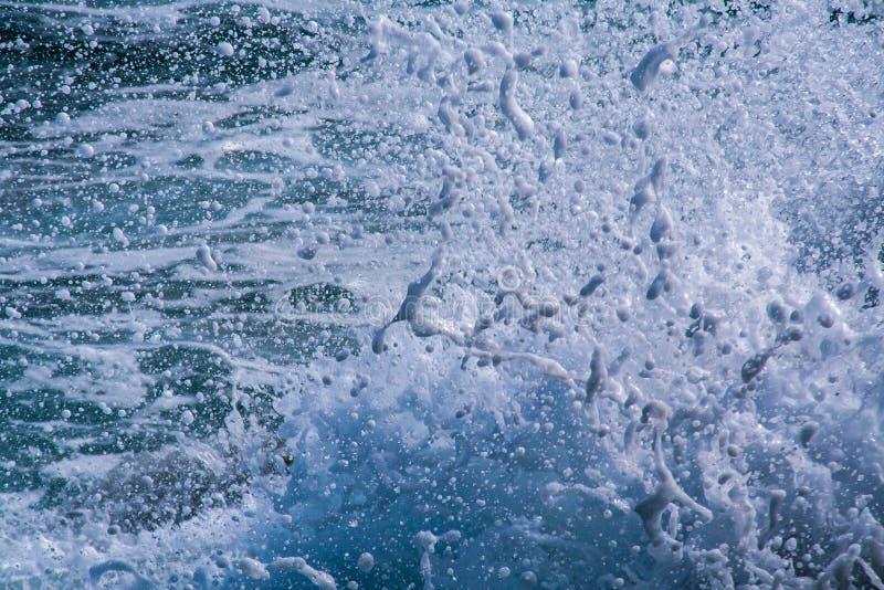 Fantastische Kunstansicht von zerschmetterter Welle stockfotografie