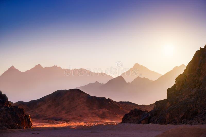Fantastische Landschaft mit Bergen bei Sonnenuntergang stockfoto