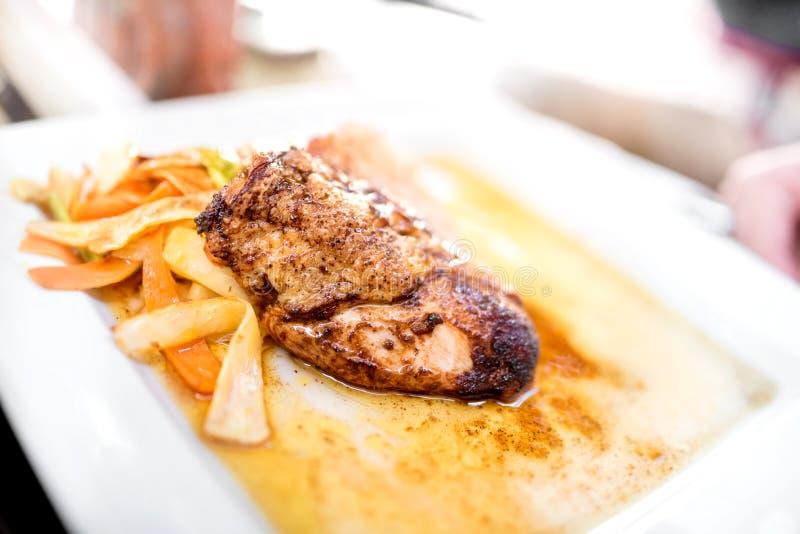 Fantastische Mahlzeit-Reihe - die Kunst der Küche mit der gegrillten Hühnerbrust, angebratenem Gemüse und Nudeln Honigsoße stockfoto