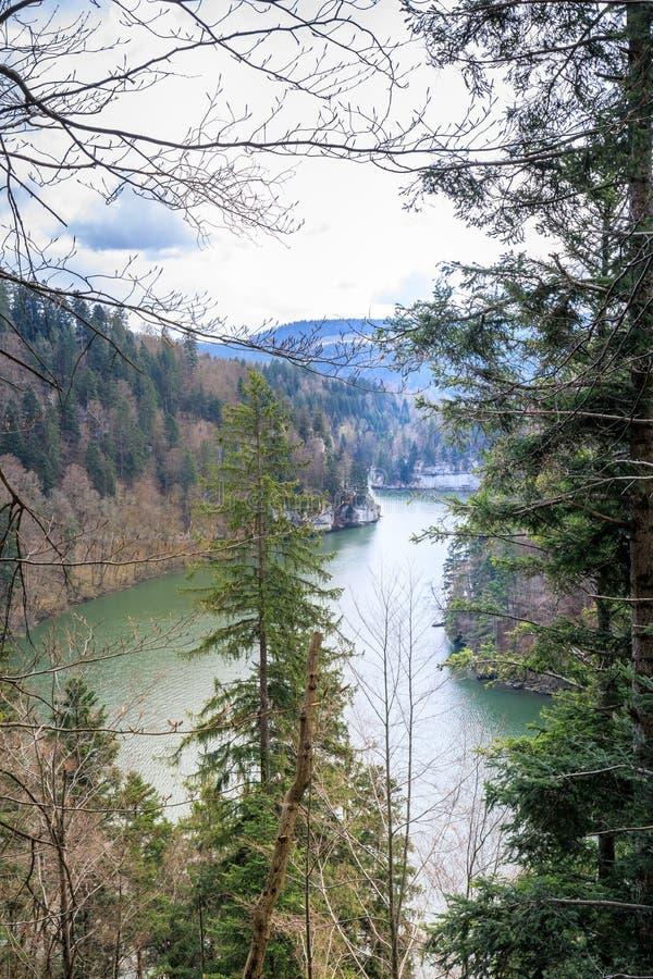 Fantastische mening aan de waterval van rivierdoubs dichtbij saut du Doubs royalty-vrije stock foto