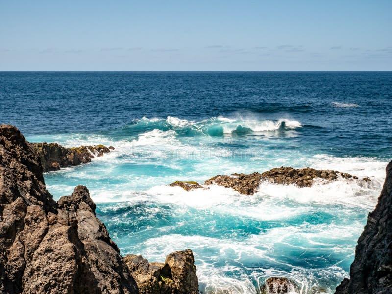 Fantastische mening van de rots in het overzees royalty-vrije stock foto