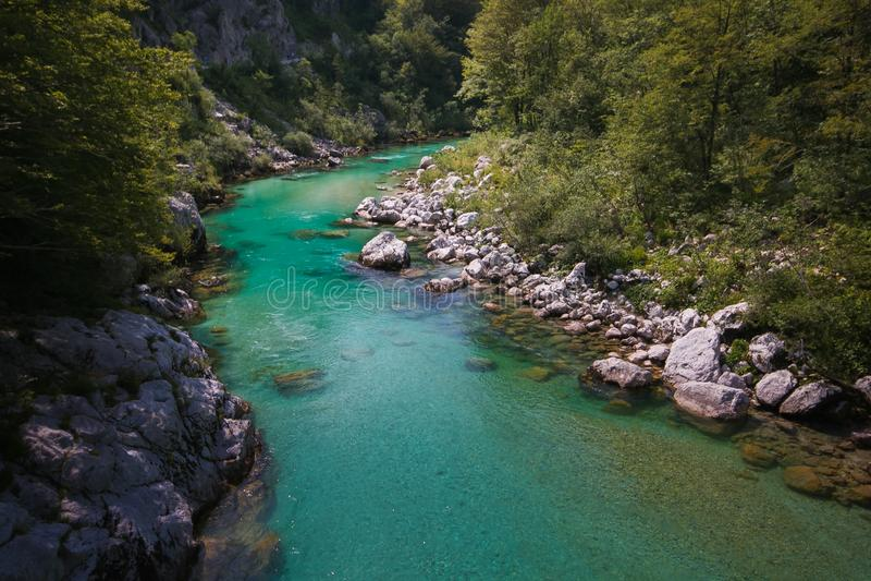 Fantastische mening van Soca-rivier dichtbij Kobarid in Slovenië stock foto's