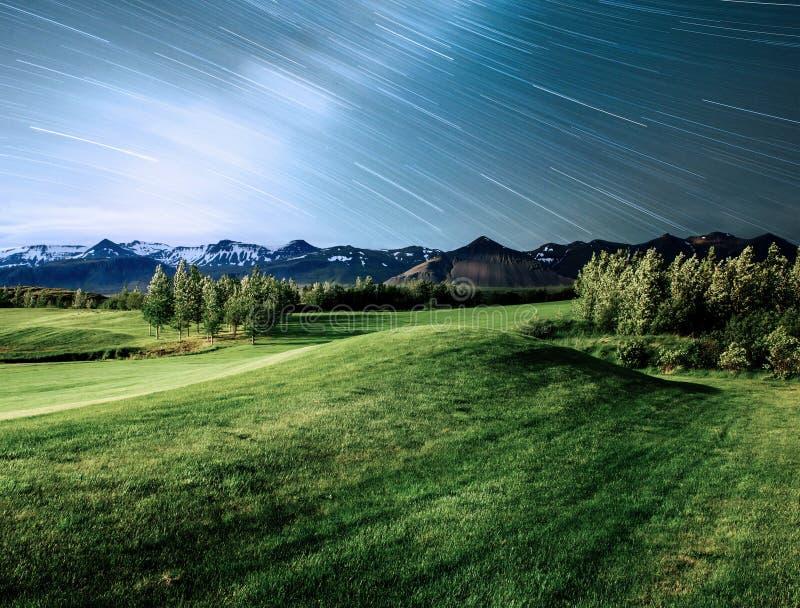 Fantastische meningen van de bergen en de landschappen van IJsland De sterrige hemel en de Melkweg stock foto