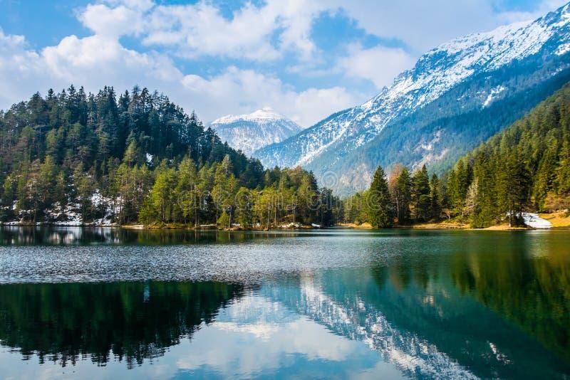 Fantastische meningen van het rustige meer met verbazende bezinning royalty-vrije stock afbeeldingen