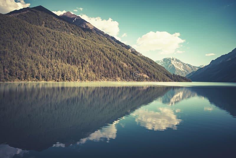 Fantastische meningen van het rustige meer met verbazende bezinning Bergengletsjer op de achtergrond Vreedzaam schilderachtig lan royalty-vrije stock afbeelding