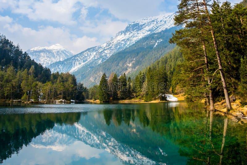 Fantastische meningen van het rustige meer met verbazende bezinning Mo royalty-vrije stock fotografie