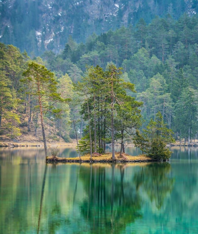 Fantastische meningen van het rustige meer met verbazende bezinning pe stock fotografie