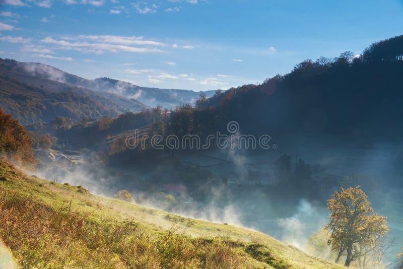Fantastische mistige dag en helder Dramatisch ochtendlandschap Karpatisch, de Oekraïne, Europa royalty-vrije stock foto's