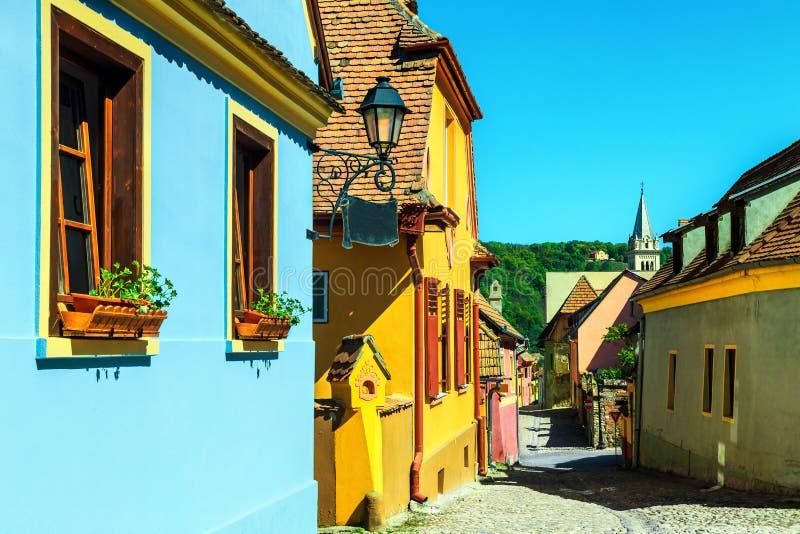 Fantastische mittelalterliche sächsische Straßenansicht in Sighisoara, Siebenbürgen, Rumänien, Europa stockfotos