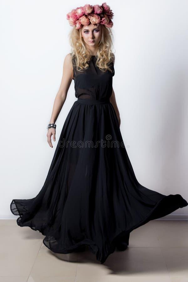 Fantastische Modefrau in einem flüssigen transparenten Kleid mit hellem Make-up im Studio stockbilder