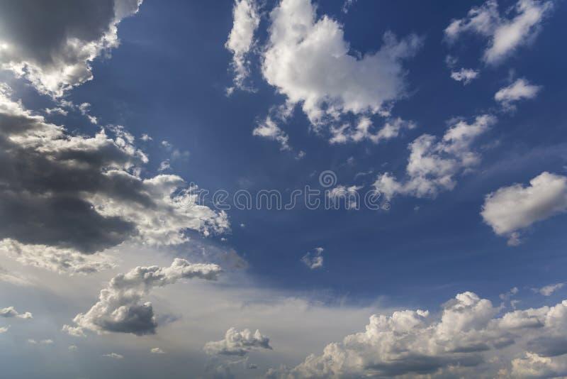 Fantastische panoramamening van heldere witte gezwollen die wolken door zon uit te spreiden tegen diepe blauwe de zomerhemel word royalty-vrije stock afbeelding