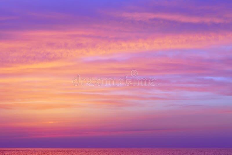 Fantastische roze wolken over het overzees na zonsondergang royalty-vrije stock foto
